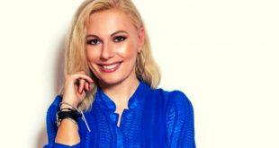 Η Τίνα Μεσσαροπούλου με μπλε πουκάμισο