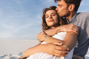 Ένα ζευγάρι που αγκαλιάζεται