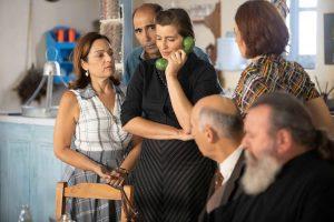 Η Ελένη Σταμίρη μιλάει στο τηλέφωνο