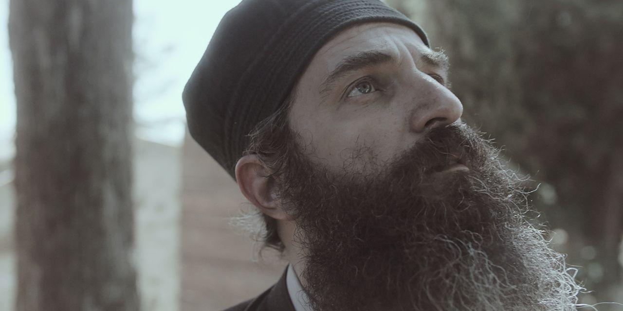 Ο Άρης Σερβετάλης ως ο Άνθρωπος του θεού στην ταινία της Popovic
