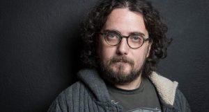 Ο τραγουδιστής σε φωτογραφία με γυαλιά