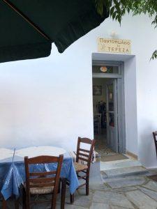 Φωτογραφία από παντοπωλείο στην Τήνο