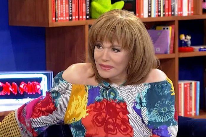 Η Μαίρη Χρονοπούλου σε πλάνο από την συνέντευξη της στο Στούντιο 4 της ερτ