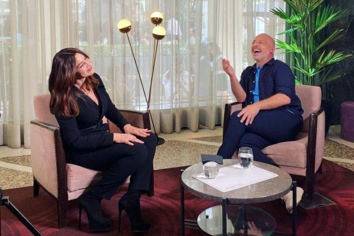 Ο Νίκος Μουτσινάς σε συνέντευξη με την Μόνικα Μπελούτσι