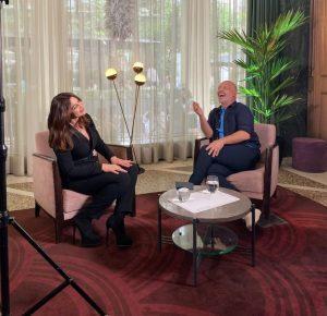 O Νίκος Μουτσινάς σε συνέντευξη με την Μόνικα Μπελούτσι