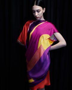 Εικόνα από πολύχρωμο φόρεμα του Μπράτη