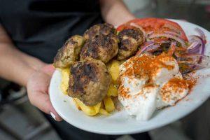 βόλτα στο Κουκάκι - Τρώμε στο Δυο δεκάρες η οκά μπιφτέκια ψητά