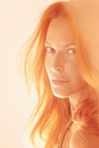 Η Σίσσυ Χρηστίδου με πορτοκαλί φόντο