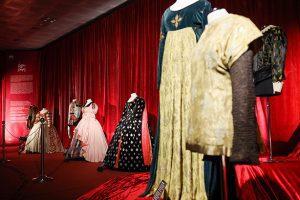 Zip the Day - έκθεση στο Μετρό του Συντάγματος με φορέματα από το Εθνικό θέατρο