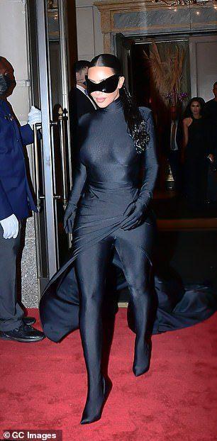 Η Κιμ Καρντάσιαν με μαύρο bodysuit