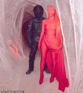 Η Κιμ με κόκκινο bodysuit σαν της Kylie Jenner