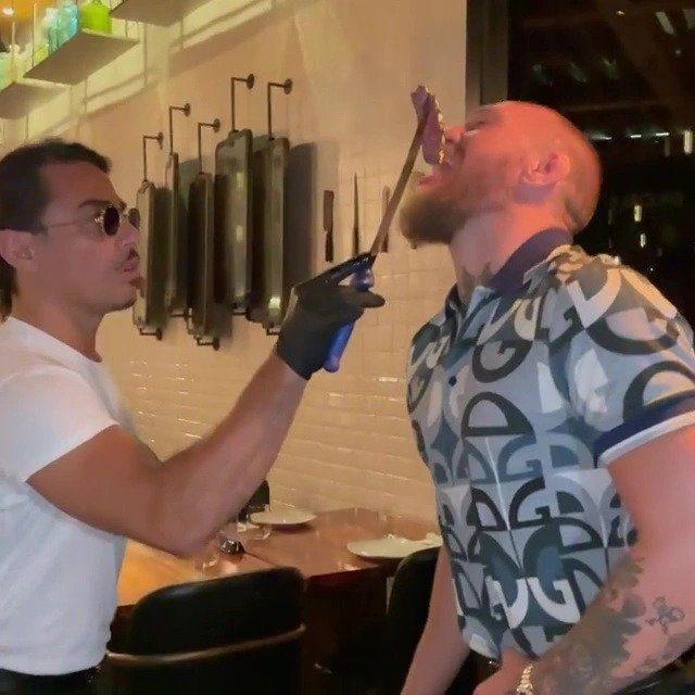 Ο Nusret ταΐζει στο στόμα τον πυγμάχο
